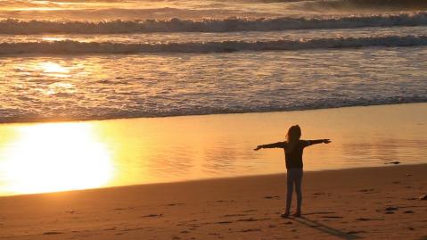 videoblocks-small-girl-meditating-on-beach-at-sunset_bhzv01mdf_thumbnail-full07